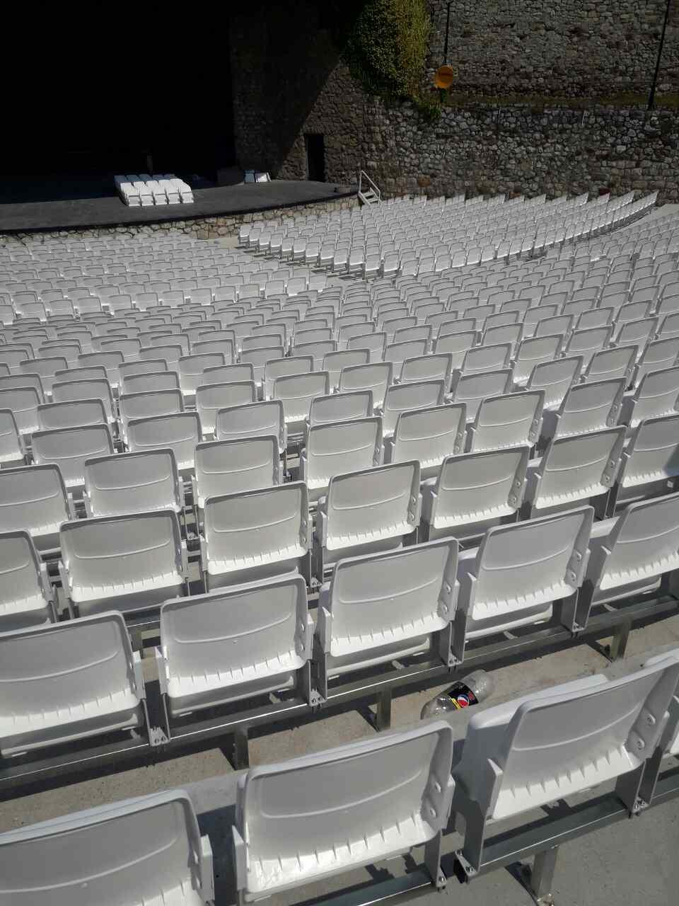Stolice folding na letnjoj pozornici u Nišu (1)