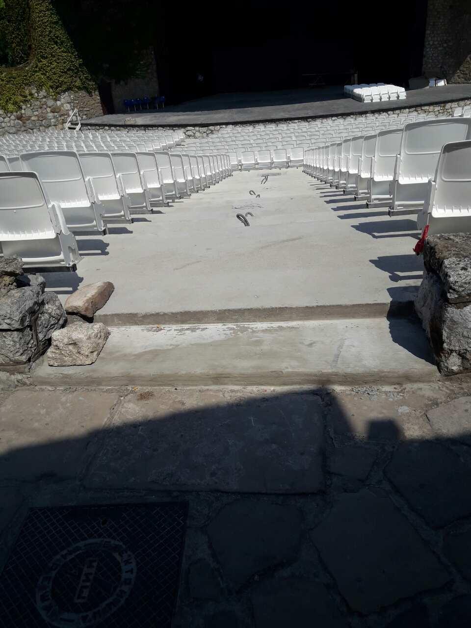 Stolice folding na letnjoj pozornici u Nišu (2)